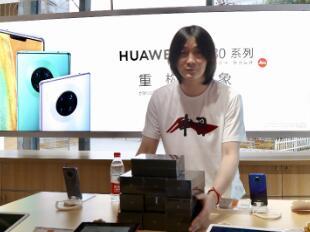 张大仙现身北京苏宁 喜提华为Mate30实力宠粉挺国货