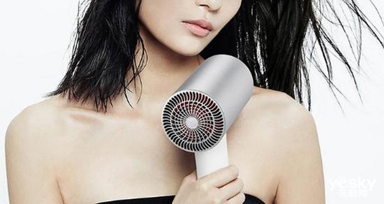 如何正确使用电吹风吹干秀发?