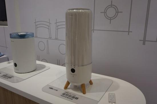 小熊遥控加湿器是小熊研发团队与韩国团队历时三年时间共同研发的旗舰级产品。这款加湿器的容量很大,外观采用了简单美学设计风格。产品配备的恒湿功能,能够智能识别室内湿度情况,在室内过于干燥时自动加大喷出水雾量,室内湿度高时减少水雾喷出,使室内保持人体适宜的恒定湿度,提供最舒适的室内环境。