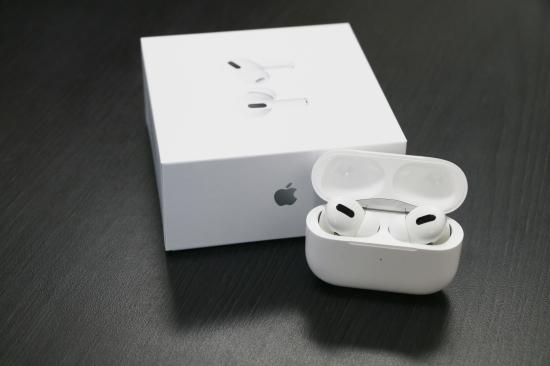 初看外观,精致、简单,符合苹果一贯的作风,自带的无线充电耳机盒和二代比外观有明显区别,虽然他的耳机柄变短了,但是椭圆形的外观和入耳式设计使得充电盒体积并没有因此变小。