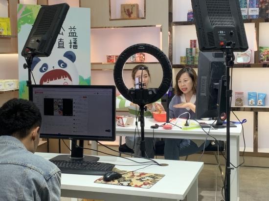 主播正在给粉丝展示美食产品。 新京报记者 程平/摄