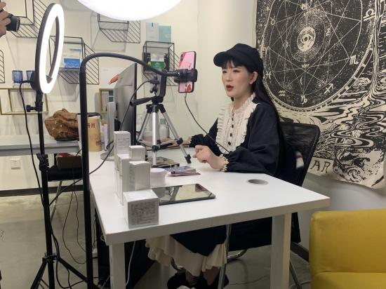 主播薯条正在直播。 新京报记者 程平/摄