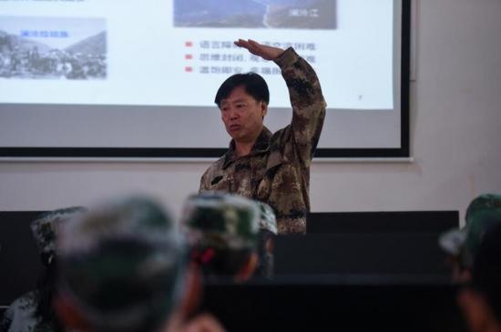 中国工程院朱有勇院士正给学员们上课。电商班开课期间,所有教师和学员将统一身着迷彩服参加培训。