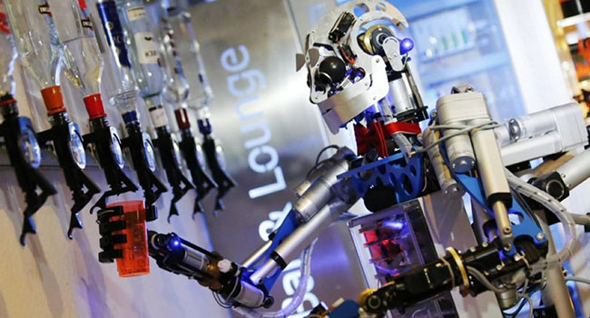 """人民日报海外版:""""机器换人""""换出就业新空间"""