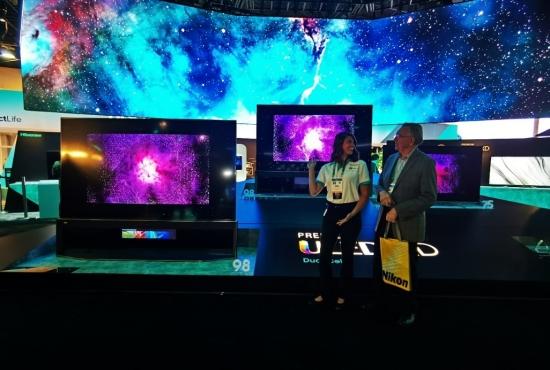海信CES 2020展出98吋叠屏电视,业内最大