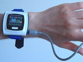 美国军方将研发可穿戴感应器检测新冠病毒