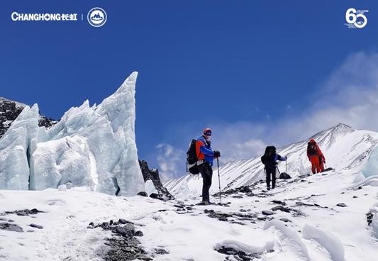 山高人为峰,中国人登顶60周年长虹5G+8K见证珠峰新8K