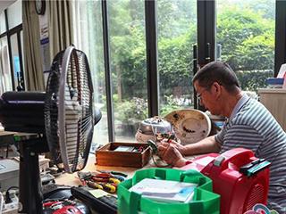 退休电工免费帮居民维修小家电,一修五年多