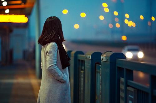 摄图网_500457707_看夜景的女孩(企业商用)