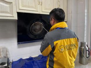 哈尔滨苏宁售后总经理会员家访 给十年老会员免费清洗家电