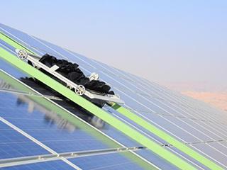 真·省事 不用水的太阳能面板自动清洁机器人