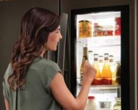 乱炖betway88:敲两下冰箱门就变透明的冰箱要上市了!