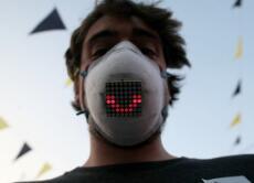 人们可戴智能口罩相距10米交谈 还能翻译多国语言