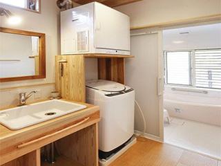 洗衣机上装隔板架烘干机,不费半平省间洗衣房,日本这招能行吗?