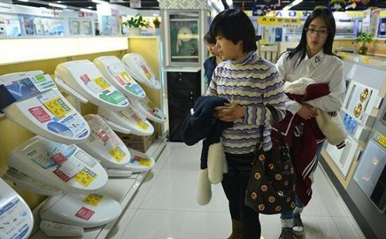 """中国家庭正在迅速进入""""智能马桶""""时代"""