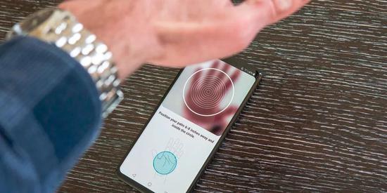 隔空手掌解锁(Hand ID)功能看似很高端,实际上操作起来非常麻烦,十秒内能给手机开个锁都算是非常快了。/Bussiness Insider