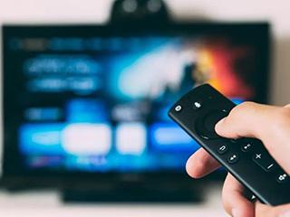 芯片短缺正在推高科技产品价格,大尺寸电视价格已飙升约30%