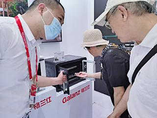 格兰仕全球首创对开门烤箱亮相中国自主品牌博览会