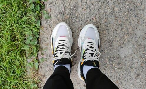 雷军晒穿鸿星尔克运动鞋照片,获大量网友点赞