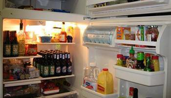 """冰箱的胶条发霉难清洗,水中加点""""它"""",轻轻一擦,立马干净如新"""