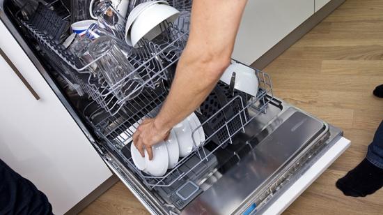 摄图网_300693005_裁剪的图像,男人厨房里装洗碗机(企业商用)