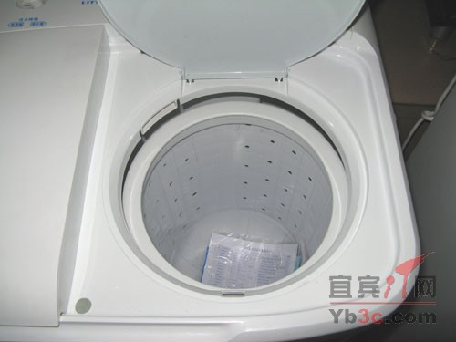 小天鹅XPB68-2086s洗衣机脱水内桶   在功能方面,小天鹅XPB68-2086s洗衣机具备传统的洗衣机功能,它的洗涤容量为6.8KG,耗电量为0.11度/小时,用水量为172,洗净比为0.71,能效等级为4。 [编辑点评]:   这款小天鹅XPB68-2086s洗衣机的最大特点就是它的价格优势,780元的价格实在很是实惠,同时6.