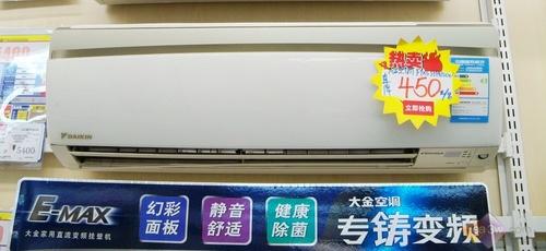 空调没有在面板上设置显示屏,在出风口的右侧有可以显示运行状态的